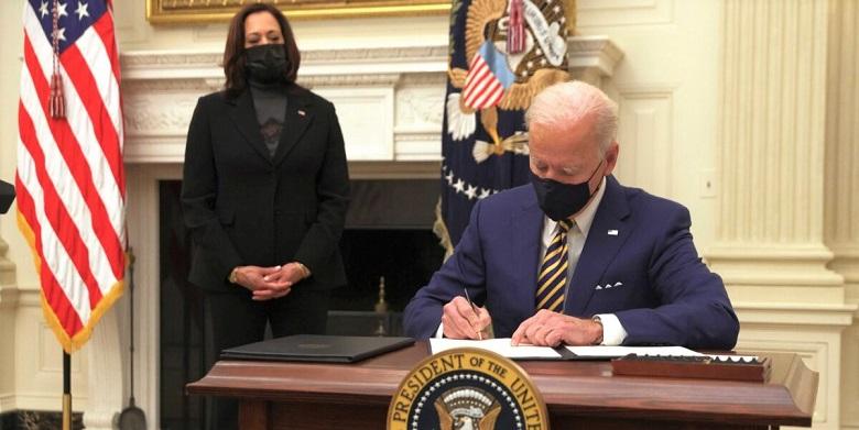 Tổng thống Joe Biden ký sắc lệnh hành pháp trong một sự kiện về khủng hoảng kinh tế tại Phòng ăn Nhà nước của Nhà Trắng, Washington, DC. vào ngày 22/1/2021