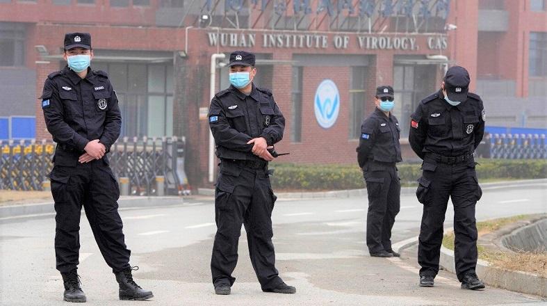 Nhân viên an ninh tập trung gần lối vào của Viện Vi-rút Vũ Hán trong chuyến thăm của nhóm Tổ chức Y tế Thế giới tại Vũ Hán thuộc tỉnh Hồ Bắc của Trung Quốc, Trung Quốc vào ngày 3 tháng 2 năm 2021. (Ng Han Guan / Ảnh AP)