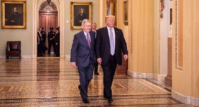 Tổng thống Donald Trump và Lãnh đạo phe Đa số Thượng viện Mitch McConnell đến dự bữa trưa chính sách của Đảng Cộng hòa tại Thượng viện tại Điện Capitol, Washington vào ngày 15/5/2018