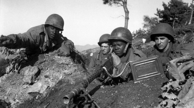 Thiếu tá Cleveland (ngoài cùng bên trái) của Đội 2 Division chỉ vị trí của Bắc Triều Tiên do Cộng sản lãnh đạo cho đội súng máy của mình vào ngày 20/11/1950, trong Chiến tranh Triều Tiên