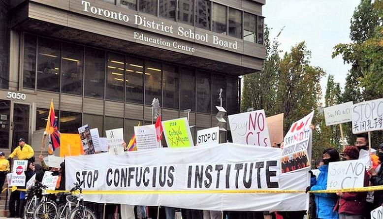 Người dân Toronto (Canada) biểu tình phản đối Viện Khổng Tử của Trung Quốc vào năm 2018.
