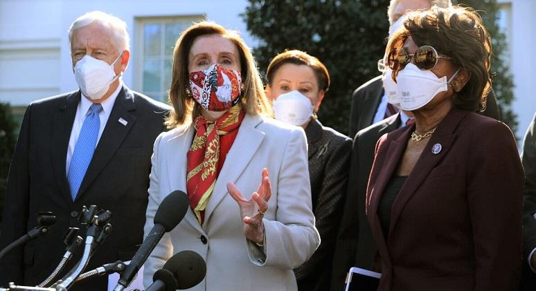 Chủ tịch Hạ viện Nancy Pelosi và các thành viên chính phủ thảo luận về gói cứu trợ tại Nhà Trắng , ở Washington, DC vào ngày 5/2/2021