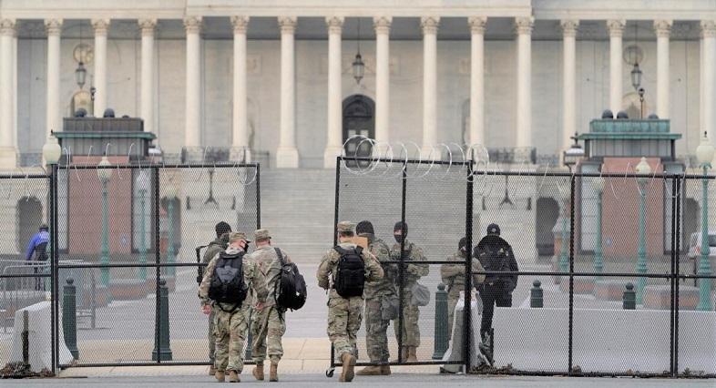 Các thành viên của Lực lượng Vệ binh Quốc gia tuần tra tại Điện Capitol trong phiên tòa luận tội lần thứ hai cựu Tổng thống Hoa Kỳ Donald Trump dự kiến bắt đầu tại Washington, Hoa Kỳ, ngày 9/2/2021.
