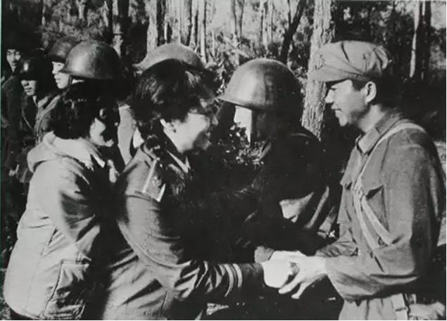 Vợ Tập Cận Bình đã từng hát cổ vũ lính Trung Quốc trong chiến tranh biên giới - Ảnh 6