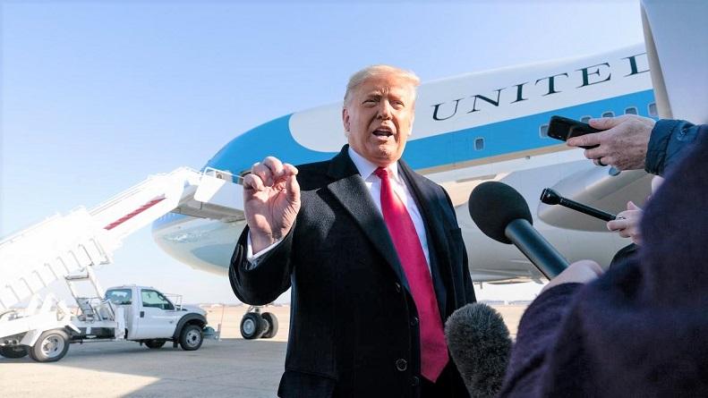 Tổng thống Donald Trump  nói chuyện với phóng viên khi sắp lên chuyến bay đên tiểu bang Texas vào ngày 12/1/2021.