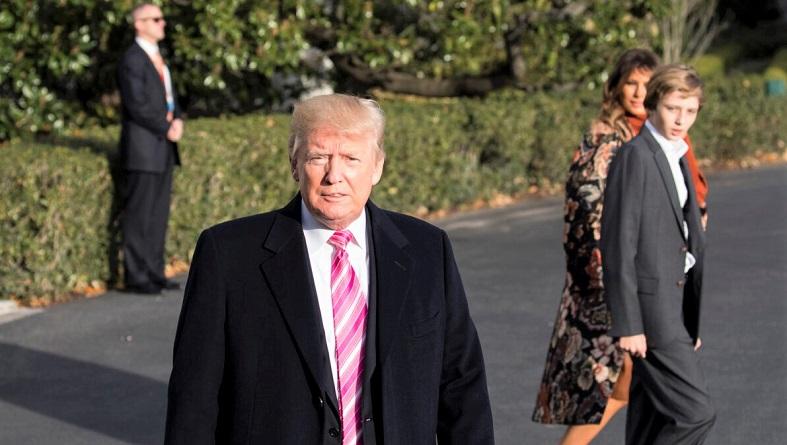 Tổng thống Donald Trump nói chuyện với các phóng viên trước khi cùng gia đình khởi hành từ Nhà Trắng đến khu nghỉ mát Mar-a-Lago, Florida để nghỉ lễ Tạ ơn vào ngày 21/11/2017