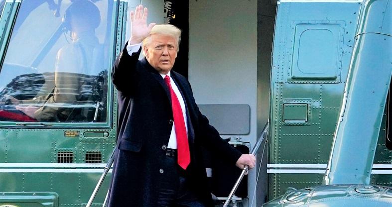 Tổng thống Donald Trump vẫy tay chào khi ông lên chuyên cơ Marine One trên Bãi cỏ phía Nam của Nhà Trắng vào , ở Washington ngày 20/1/2021