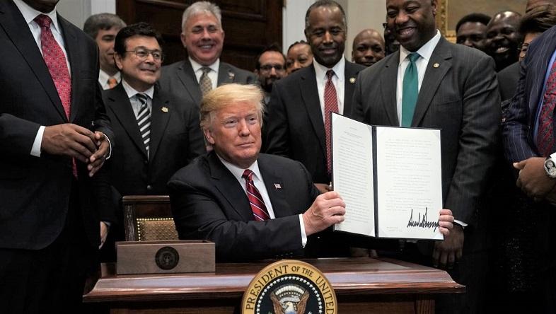 Tổng thống Donald Trump ký lsắc ệnh hành pháp thành lập Hội đồng Cơ hội và Tái sinh, với sự chứng kiến của Bộ trưởng Phát triển Đô thị và Nhà ở - Ben Carson và Thượng nghị sĩ Tim Scott  tại Phòng Roosevelt của Nhà Trắng vào ngày 12/12/2018
