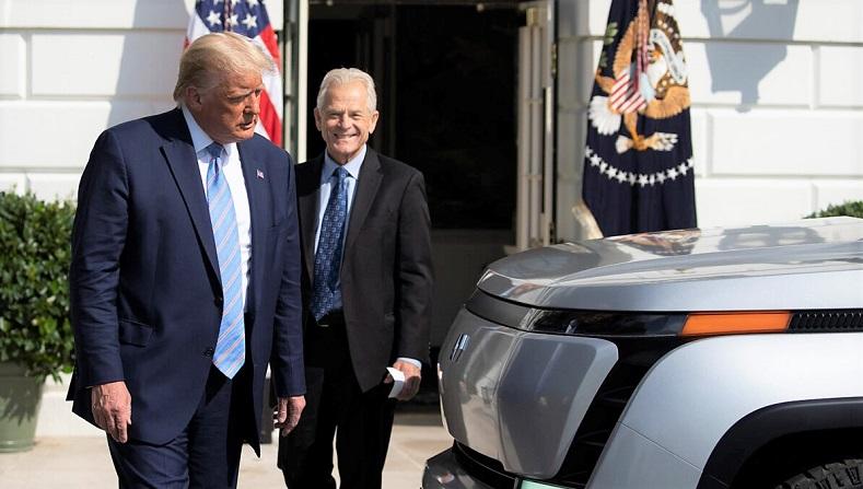Tổng thống Hoa Kỳ Donald Trump và Cố vấn Thương mại Nhà Trắng Peter Navarro kiểm tra chiếc xe bán tải chạy hoàn toàn bằng điện Endurance mới trên bãi cỏ phía nam của Nhà Trắng, Washington, DC vào ngày 28/9/2020
