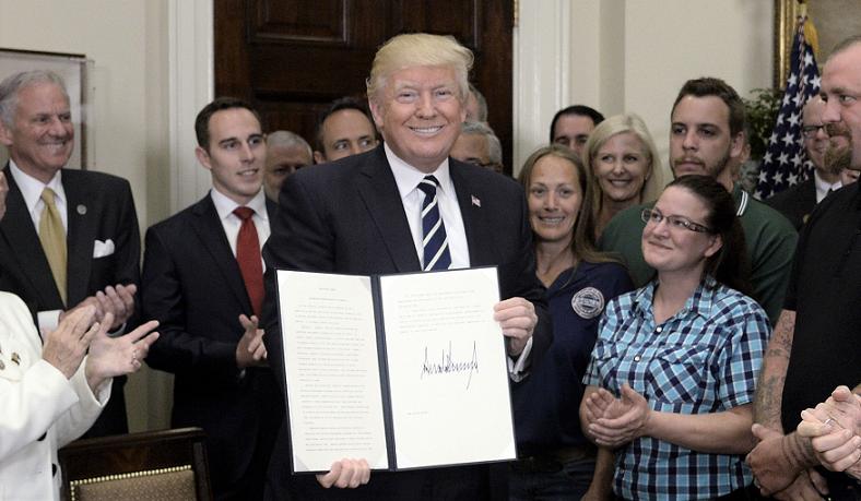 Tổng thống Donald Trump, giữ trên tay một lệnh hành pháp đã ký sau khi đưa ra nhận xét về các sáng kiến Học việc và Lực lượng lao động tại Phòng Roosevelt của Nhà Trắng ở Washington, DC, Hoa Kỳ, ngày 15/6/2017