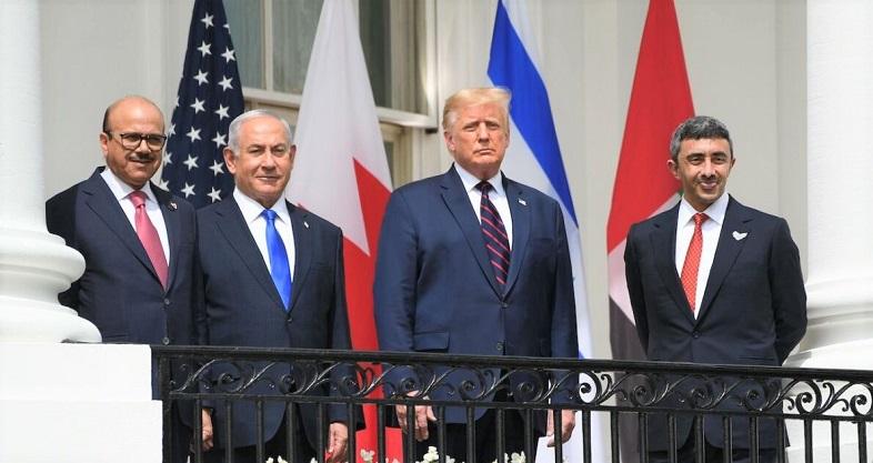 Bộ trưởng Ngoại giao Bahrain Abdullatif al-Zayani, Thủ tướng Israel Benjamin Netanyahu, Tổng thống Donald Trump, và Bộ trưởng Ngoại giao UAE Abdullah bin Zayed Al-Nahyan tại Nhà Trắng trước khi  tham gia lễ ký kết Hiệp định Abraham vào ngày 15/9/2020