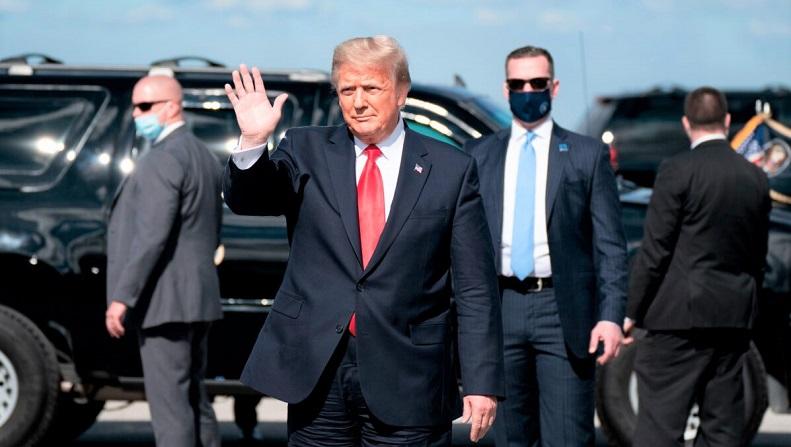Tổng thống Donald Trump vẫy tay chào sau khi hạ cánh xuống Sân bay Quốc tế Palm Beach ở Bãi biển Tây Palm, Florida, vào ngày 20/1/2021