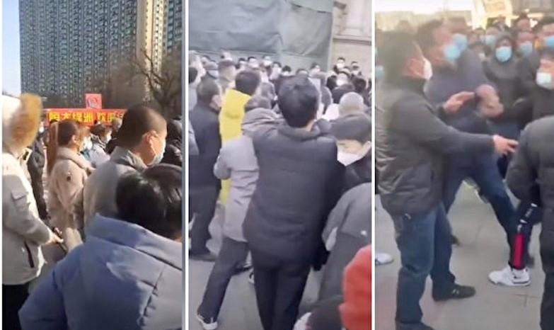 Hàng nghìn cư dân xung đột với các quan chức địa phương ở Quận Cảo Thành của thành phố Thạch Gia Trang, tỉnh Hà Bắc, Trung Quốc, vào tháng 2/2021.