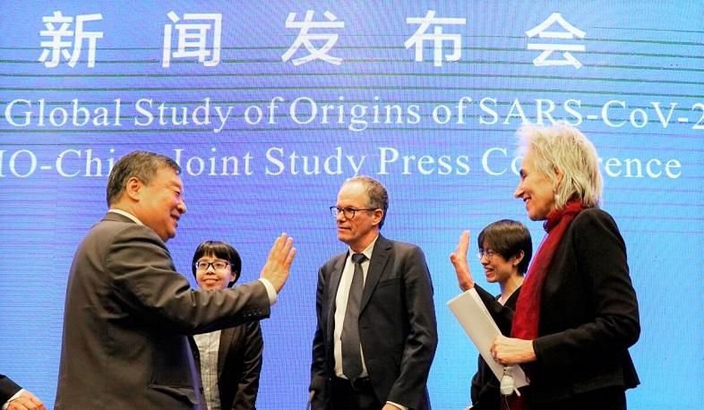 Marion Koopmans (phải), và Peter Ben Embarek, chuyên gia của nhóm Tổ chức Y tế Thế giới, nói lời từ biệt với người đồng cấp Trung Quốc Lương Vạn Niên (trái), sau cuộc họp báo Nghiên cứu chung của WHO-Trung Quốc được tổ chức vào tại Vũ Hán vào ngày 9/2/2021