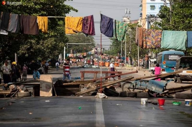 Người biểu tình Myanmar chăng quần áo phụ nữ giữa đường để làm chùn chân binh lính