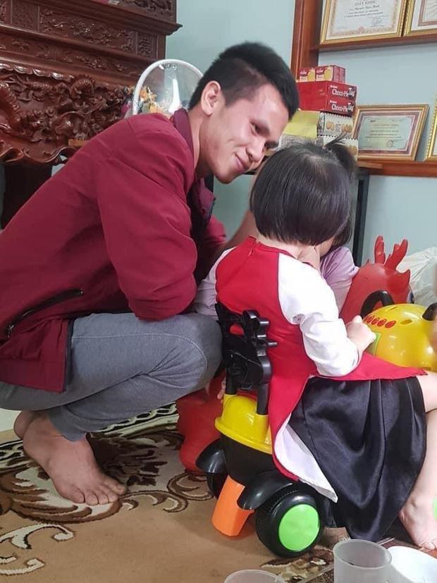 """Bé gái rơi lầu từ tầng 12 gặp lại anh Nguyễn Ngọc Mạnh: """"Con chào bố Mạnh, con cảm ơn bố"""" - Ảnh 1"""