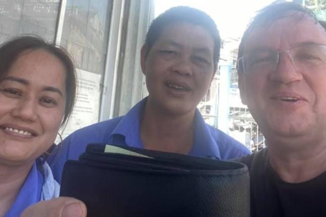 Một người Đức cảm động vì được tài xế xe bus trả lại ví tiền để quên