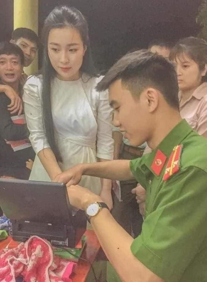 Hình ảnh cô gái trẻ đẹp đi làm căn cước công dân. (Ảnh qua Báo Người Sài Gòn)