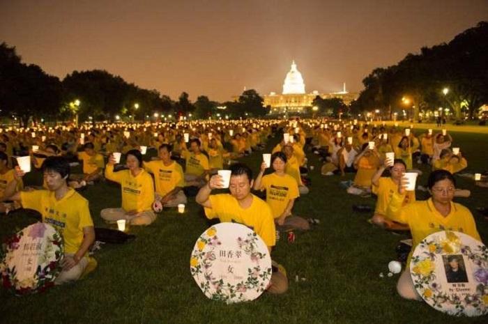 Washington, Mỹ: Thắp nến tưởng niệm những người bị chết trong cuộc đàn áp Pháp Luân Công. (Ảnh: Minh Huệ)