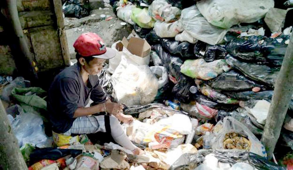 dù biết về những sự nguy hiểm của những miếng thịt thừa nhặt từ bãi rác,