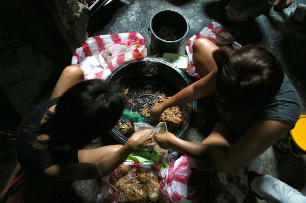 """Đôi khi gia đình bà còn """"tìm thấy gạo, dầu ăn, nước tương trong thùng rác, tất cả đều miễn phí"""". (Ảnh qua vietbao)"""