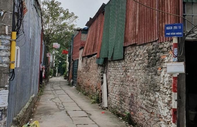 Ngõ 259 phường Vĩnh Hưng – nơi nhiều hộ dân bị thu hồi đất với mức hỗ trợ đền bù rẻ mạt, rất nhỏ hẹp không phù hợp với dự án xây dựng trường mầm non của quận Hoàng Mai. (Ảnh qua phapluatplus)