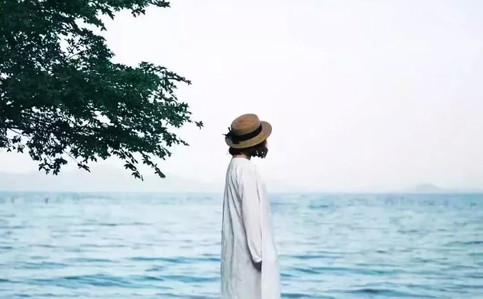 Lúc trong lòng cảm thấy mệt mỏi và vất vả, hãy dành cho bản thân một khoảng trống, để mình được thở dài một hơi.