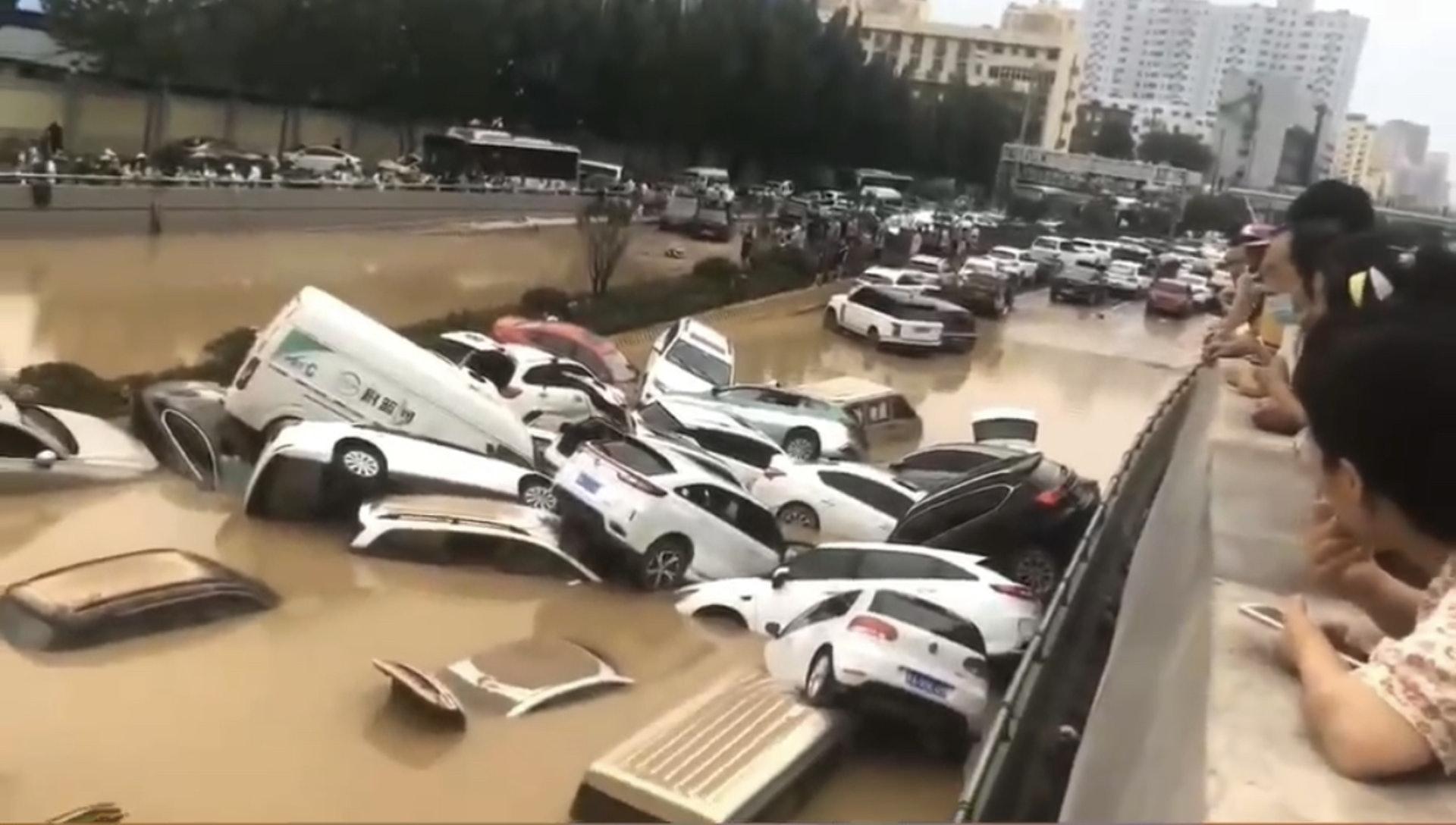 鄭州暴雨|京廣路隧道被淹已致兩死失蹤少年母深夜苦守現場|香港01|即時中國