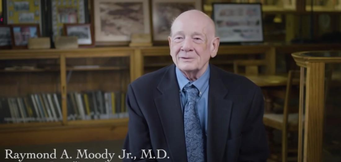 Bác sĩ Raymond A. Moody, người từng đề cập tới khái niệm 'trải nghiệm cận tử'. (Ảnh chụp màn hình video)